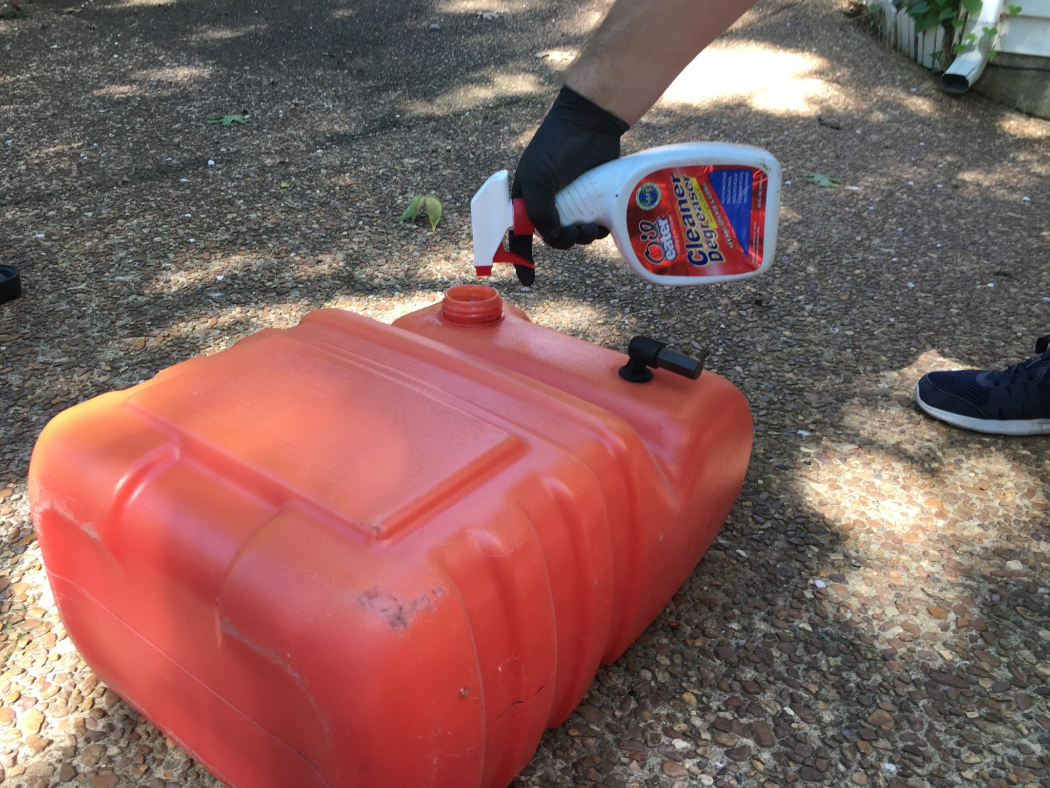 How to clean easily a portable gas tank before winter