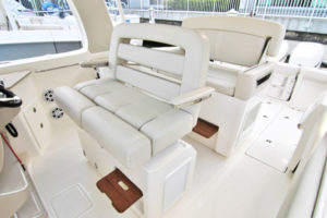 Boston Whaler 350 Realm - cockpit seats