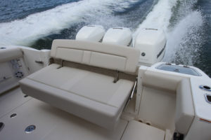 Boston Whaler 350 Realm - rear bench