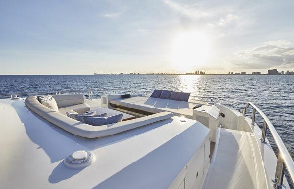 90 R Bridge_Lounge_Bow- yacht and sea