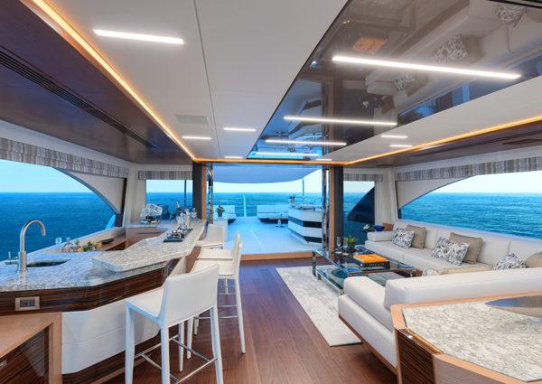Ocean Alexander 90R skylounge - yacht and sea