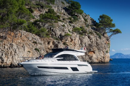 Fairline Squadron 53 - yacht and sea