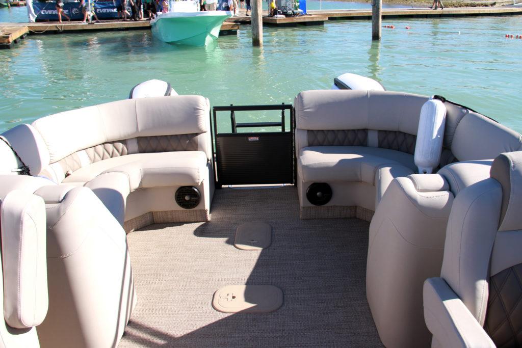 Bennington Q 27-rear-yacht-and-sea