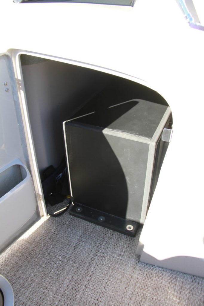 Bennington Q 27-console-storage-yacht-and-sea