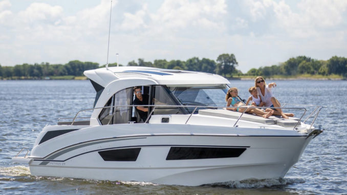 Beneteau Antares 27 - yacht and sea